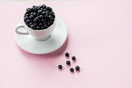 Ripe blueberries in Cup on pastel background. beautiful summer harvest season concept. Healthy and tasty snack, organic food. The concept of healthy eating. Stockfoto