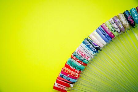 Il colore dello smalto per manicure. disegno per le unghie. tester smalto per unghie. Manicure alla moda. Lacca gel lucida. nail art femminile. Ruota di design per nail art. Copia campioni space.design presso i tips.Fashion manicure. Lacca gel lucida.