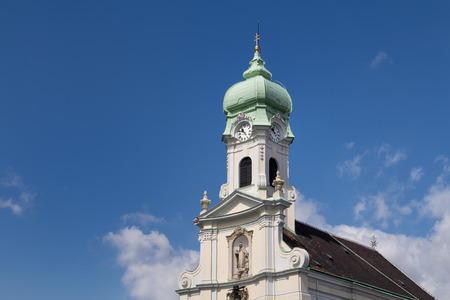 iglesia: Ver en la fachada de la iglesia de Santa Isabel. Detalles barrocos, la torre con el reloj y el techo verde. Cielo azul con nubes blancas.