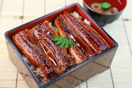 Japans eten, Unajyu, paling en rijst in een gelakte doos Stockfoto