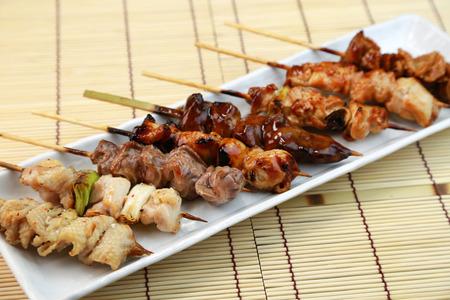 La barbacoa de pollo  Yakitori  comida japonesa