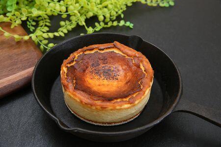 Es ist ein gebrannter Käsekuchen der baskischen Provinzen in Spanien.