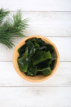 The fresh Japanese seaweed which I served to a wooden bowl Banco de Imagens