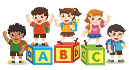 学校に戻る。アルファベットブロックを持つ幸せな学校の子供たち。