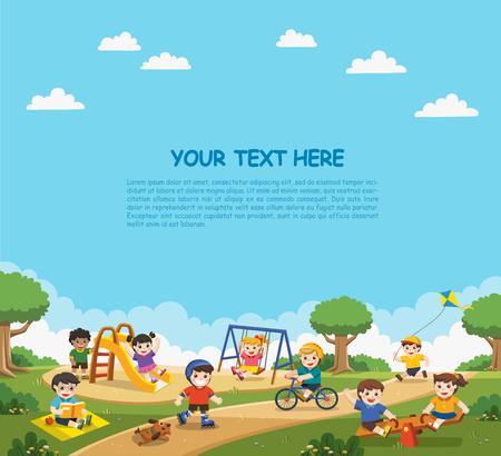Bambini emozionati felici che si divertono insieme nel parco giochi. I bambini giocano fuori con sfondo arcobaleno. Modello per brochure pubblicitaria.