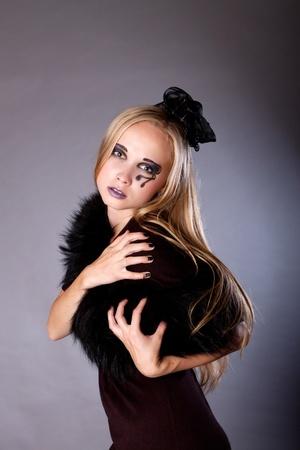 una mujer joven vestida como una bruja, maquillaje para Halloween Foto de archivo - 10605865