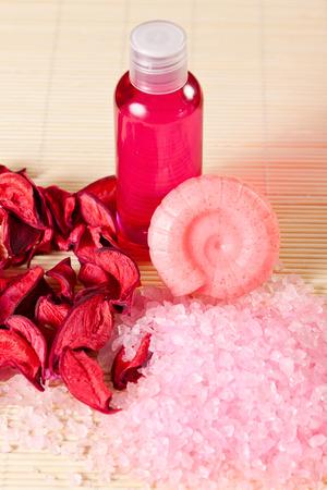 gel douche: accessoires de spa: savon, gel douche et le sel de mer, des p�tales de fleurs odorantes