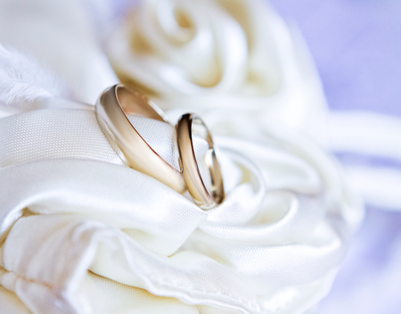 Two white gold wedding rings on satin fabric. Template greeting card for wedding. Banque d'images - 121932142