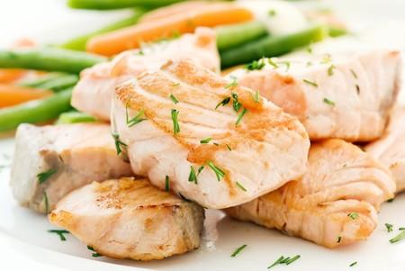 plato de pescado: Filete de salm�n con jud�as  Foto de archivo