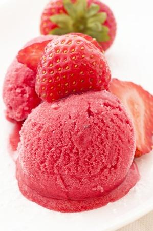 sorbet: Helado de fresa con fresas Foto de archivo