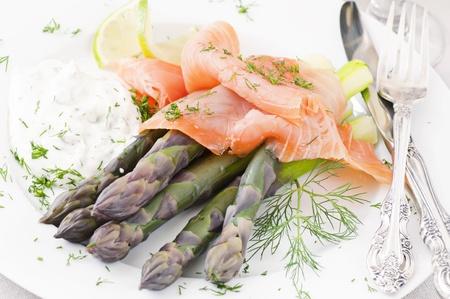 salmon ahumado: Espárragos con salmón ahumado Foto de archivo