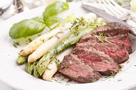 gilled: Asparagus with gilled beef medaillon