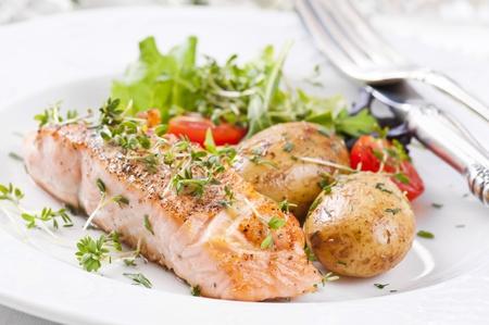 zalm biefstuk met aardappelen en salade