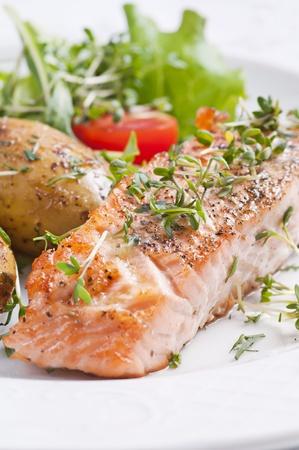 Trancio di salmone al forno con patate giacca Archivio Fotografico - 10375919