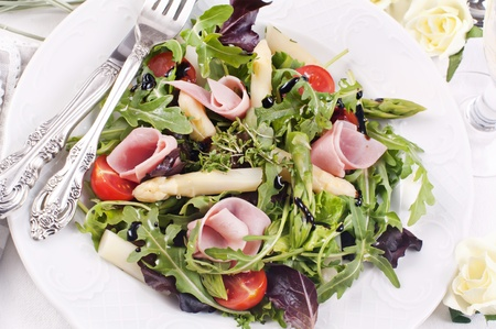 rocket salad with asparagus tips and ham 스톡 콘텐츠