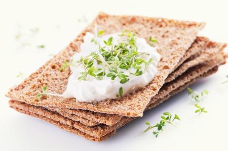 comiendo pan: crispbread con crema de queso fresco y Berro