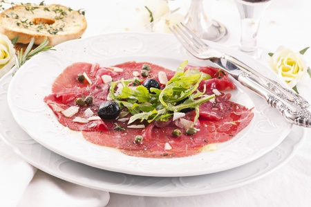 c�pres: Carpaccio avec olives et c�pres Banque d'images
