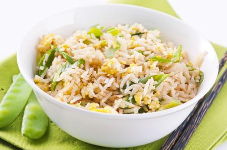 huevos fritos: arroz frito con huevos y cebolleta