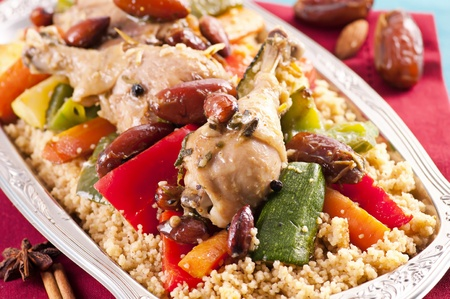 comida arabe: marocain cuscús con pollo y verduras