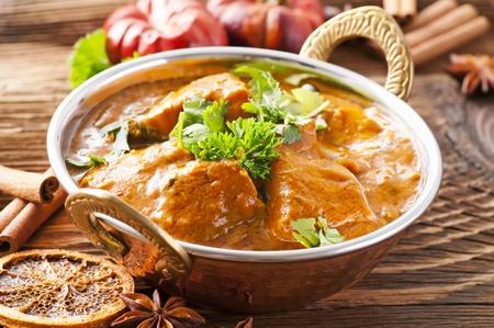 masala: curry de pescado en olla de cobre  Foto de archivo