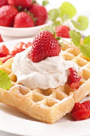 Waffles con el postre de fresas Foto de archivo