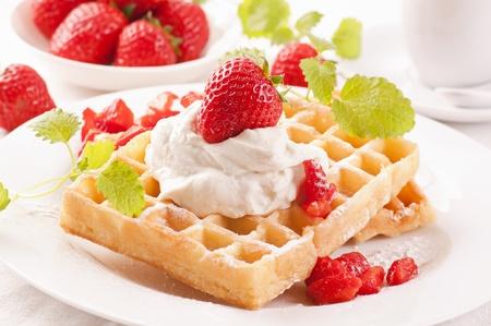 waffles: Gofres con fresas Foto de archivo