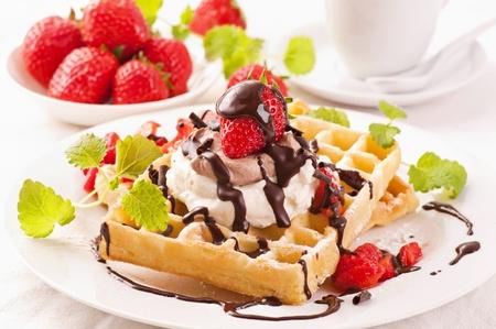 wafles: Waffles con el postre de fresas Foto de archivo