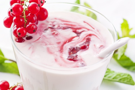 quark: Fresh natural yoghurt with redcurrant