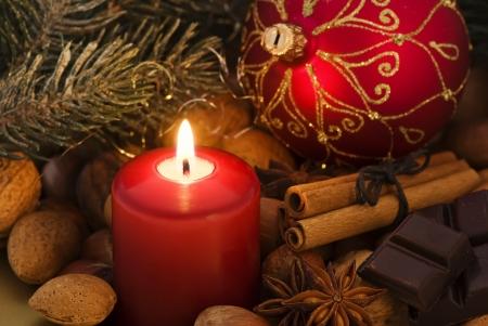 velas de navidad: Decoración de Navidad con la luz de las velas Foto de archivo