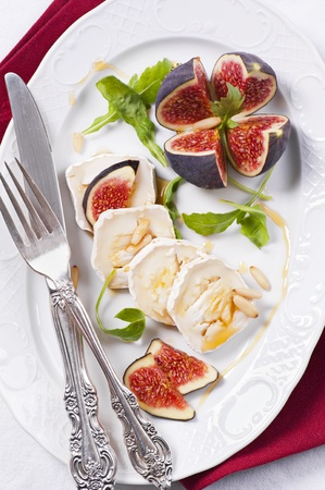 greek food: Goat cheese with honey and rucola