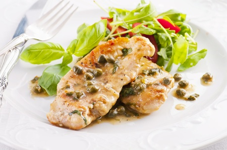 piccata de poulet et salade avec capern