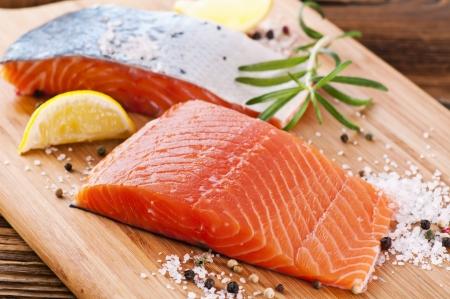 vis: stukken als verse zalm op de houten plank