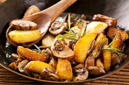 rosmarin: Fried potato with mushrooms and herbs