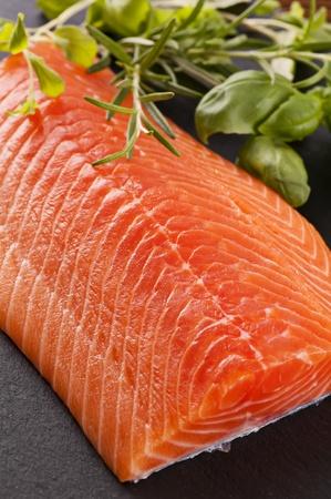 filete de pescado: Filete de salm�n en la placa de pizarra Foto de archivo