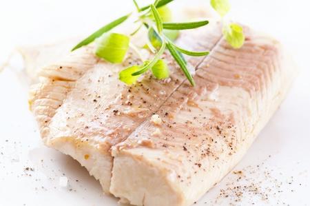 trucha: Filete de pescado al vapor con hierbas frescas