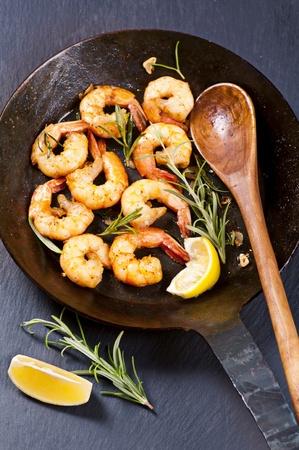 petoncle: crevettes sautées avec romarin frais et l'ail