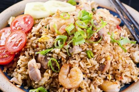 arroz chino: Arroz frito con pollo y camarones