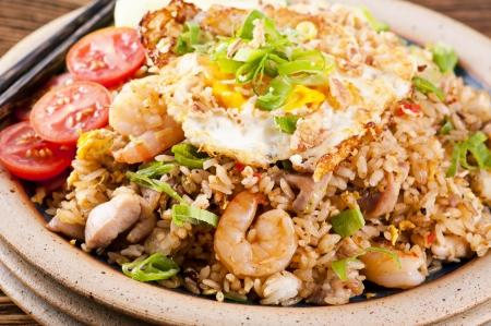 arroz chino: Nasi Goreng con huevo frito, pollo y camarones Foto de archivo