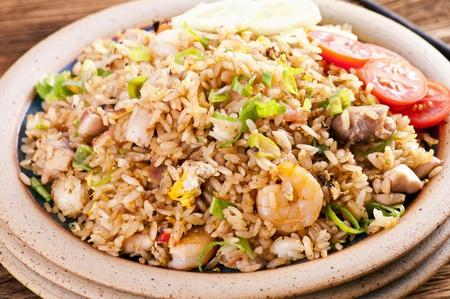 arroz chino: Arroz frito con camarones y pollo Foto de archivo