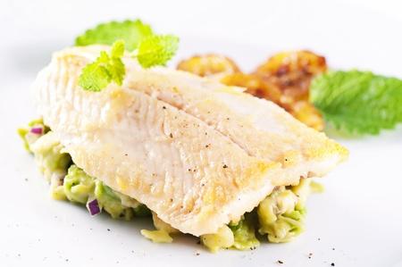 plato de pescado: Trucha frita con aguacate tártaro