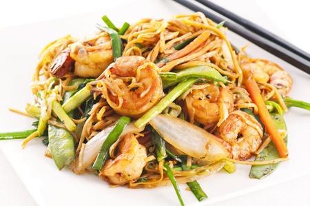 plato de comida: Salteado de fideos con verduras fritos gambas und Foto de archivo