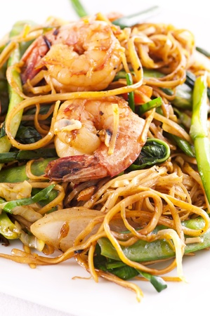lo mein: chinese stir fried noodles