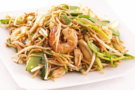 yi mein: stir-fried noodles with prawns and vegetables Stock Photo