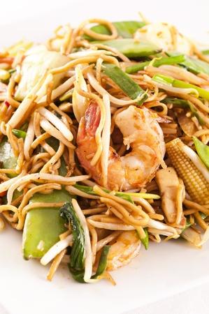yi mein: Stir-fried noodles with prawns