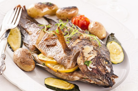 tilapiini: Fish roasted with vegetables Stock Photo