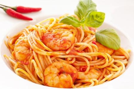 Spaghetti Diablo con peperoncino e gamberi Archivio Fotografico