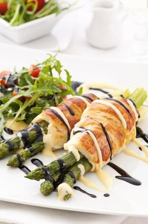 asperges: Asperges gebakken in bladerdeeg met salade Stockfoto