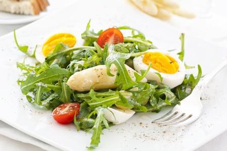 아스파라거스와 계란 굴라 샐러드