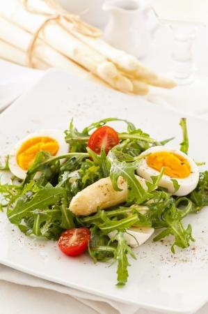 계란과 아스파라거스와 로켓 샐러드
