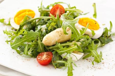 아스파라거스와 계란과 함께 Arugula 샐러드
